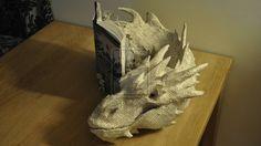 『ホビット』の本のページを使ってスマウグのペーパークラフトを作ってみた