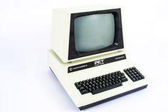 Computador Commodore Pet 4032 Works (EUA, 1980). Monitor em fósforo verde, de 40 caracteres e 32KB de memória. Foi um enorme êxito nas escolas. Graças à sua resistente construção metálica e ao seu  design, este computador revelou-se capaz de suportar melhor o uso que lhe foi dado nas salas de aula. Na altura, o seu preço era 1.295 dólares. Dispõe de leitor de disquetes e de  cassetes.  http://oldcomputers.net/pet4032.html