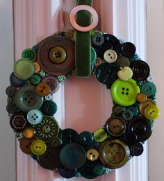 Button wreath tutorial with Mother's old buttons Diy Buttons, Vintage Buttons, Button Art, Button Crafts, Wreath Crafts, Diy Wreath, Wreath Ideas, Small Wreath, Button Wreath