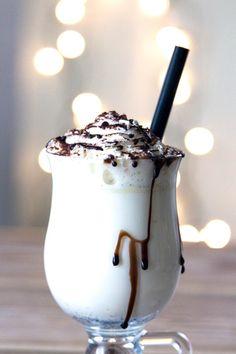 Heiße weiße Schokolade eignet sich perfekt für gemütliche, herbstliche oder winterliche Abende. Zutaten: 200 ml Milch, 50 ml Schlagsahne, 30 g weiße...