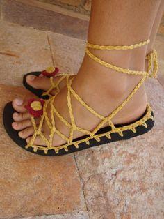 Recriando Artes manuais: sandália amarela com cordão de chita! Crochet Sandals, Crochet Boots, Crochet Slippers, Crochet Shoes Pattern, Shoe Pattern, Crochet Patterns, Tongs Crochet, Free Crochet, Knit Crochet