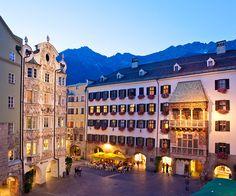INNSBRUCK La capital de los Alpes y el Tirol es una ciudad de marcado ambiente palaciego, pero su gran atractivo son las cumbres alpinas que rodean la ciudad. Sus vistas son tan espectaculares que incluso el Emperador Maximiliano hizo poner en el mirador de su residencia un Tejadillo de Oro para gozar de la estampa, hoy este lugar uno de los hitos urbanos de Innsbruck.