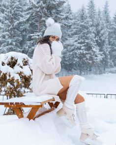 Winter outfit - total white - snow Source by gjgusgus outfits snow Winter Senior Pictures, Winter Photos, Winter Pictures, Winter Images, Snow Photography, Photography Poses, Winter Instagram, Snow Girl, Snow Outfit