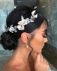Braut Haarschmuck – Frisuren – Source by - Bridal Hair Flowers, Bridal Hair And Makeup, Wedding Makeup, Headpiece Bridal Hair, Bridal Headpieces, Wedding Flowers, Hair Makeup, Maquillage Black, Glamorous Makeup