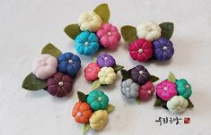 Fabric Flower Pins, Fabric Flower Brooch, Knot Braid, Handmade Flowers, Diy Projects To Try, Flower Patterns, Arts And Crafts, Artsy, Quilts