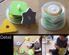 CD-Rの空ケース。何か作れないかな~っと考えた結果、生まれたのが「棒とおし遊び」(写真)。マル、三角、四角や花形のカードの穴を真ん中の棒に通す遊び。今のところ息子(12ヶ月)は棒からカードを抜くのに必死。穴を棒に入れるなんてまだまだ無理っぽい。でもときどき偶然できることもあって、こうやって学んでいくのかなぁ、と楽しく見守っています。<作り方>材料:CD-Rの空ケース(20枚入りぐらいの大きいもの)、厚紙やクラフトボード○厚紙やクラフトボード(何でも良い)をマルや三角、四角や六角形など好きな形にカット。(ケースの中に入るサイズがよい)○真ん中に棒が通るサイズの穴をあける。たくさんあけても楽しいかも。※色紙やフェルトをはってカラフルに仕上げると見た目もかわいくなります。捨てる前に、何か作れないかと考えてみる。