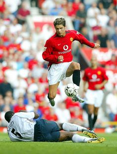 Most Nice Manchester United Wallpapers Squad Manchester United's Cristiano Ronaldo (top) jumps over a tackle from Bruno N'Gotty of Bolton Wanderers during the first Premiership match of the season at Old Trafford in Manchester 16 August Ronaldo, maki Cristino Ronaldo, Ronaldo Football, Sport Football, Cristiano Ronaldo Manchester, Cristiano Ronaldo Juventus, Manchester United Legends, Manchester United Football, Juventus Fc, Team 7