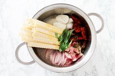 One pot pasta Ingrédients: 250 g de pâtes, 250 g de mozzarella, 140 g de tomates séchées avec leur huile, 100 g de pancetta en tranches, 2 cuillères à café d'herbes de Provence, 1 oignon émincé, 1 cube de bouillon de légumes, 8 feuilles de basilic, 2 tours de moulin à poivre, 75 cl d'eau.