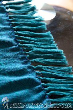 Transformer son écharpe ou son porte-poupon en faisant des franges.