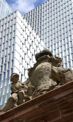 Frankfurt, Große Eschenheimer Straße, Wappen am Thurn- und Taxis-Palais und Nextower (Coat of arms at the Thurn and Taxis Palace and Nextower) by HEN-Magonza, via Flickr
