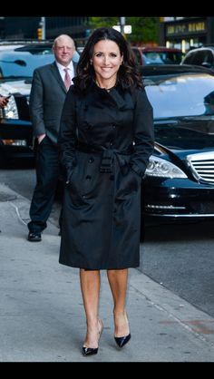Julia Louis-Dreyfus from The Big Picture: Today's Hot Pics The Veep star wears the perfect trench while entering The Late Show with Stephen Colbert in NYC. Julia Louis Dreyfus, Fashion For Women Over 40, Spring Street Style, Iconic Women, Photos Of Women, Black Is Beautiful, Hottest Photos, Boss Lady, Me Too Shoes