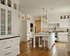 les cuisines blanches avec sol en bois clair et table de cuisine moderne