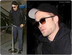 Robert Pattinson Chegando Ao Aeroporto LAX Em 19 De Junho De 2014 Logo após o término de sua participação na promoção de The Rover em Nova Iorque, Robert Pattinson, retorna para Los Angeles, na Califórnia. Confira algumas imagens do ator chegando no aeroporto LAX, em 19 de junho de 2014. Vejam: