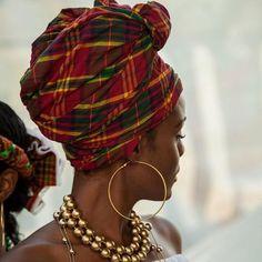 Magnifique portrait d'une femme portant foulard et bijoux créoles. #martinique