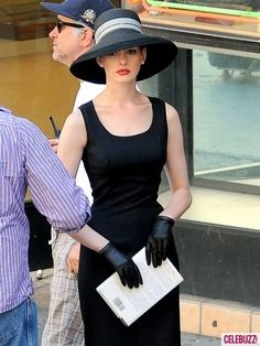 """A very classy Anne Hathaway playing Catwoman on the set of """"The Dark Knight Rises"""" Going to The Red Carpet! Kentucky Derby Outfit, Kentucky Derby Fashion, Derby Outfits, Outfits With Hats, Derby Day, Derby Time, Provocateur, Hat Hairstyles, Anne Hathaway"""