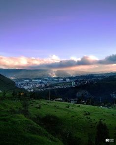 Una #ciudad que se abre paso en medio de la #Cordillera de los #Andes.  A #city that opens its way through the #Andes #Mountain range.  #Atardecer #picoftheday #photooftheday #instagood #instalike #love #like4like #BestoftheDay #Canon #Canonistas #naturaleza #nature #Nariño #SanJuanDePasto #sunset