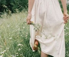 Walking barefoot through the wildflowers = what dreams are made of :::::: Recently M and I have been talking more and mo Feminine Mode, Le Palace, Inspiration Artistique, Mode Outfits, Photo Instagram, Fancy, Wild Flowers, Lace Skirt, White Dress