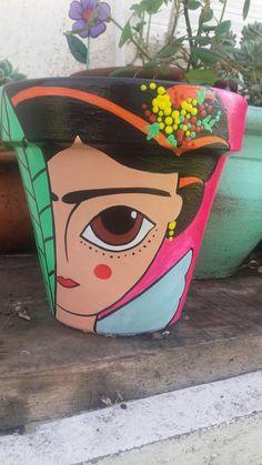 Masetas Flower Pot Crafts, Clay Pot Crafts, Felt Crafts, Small Flower Pots, Ceramic Flower Pots, Painted Plant Pots, Painted Flower Pots, Plastic Bottle Art, Decorated Flower Pots