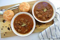 Dieses würzige Ragout mit Rindfleisch und Zwiebeln ist ein echter Wiener Klassiker! Mit Knödeln oder ganz einfach mit Semmeln serviert, schmeckt es aufgewärmt am besten. Beef Goulash, Stew, Salsa, Yummy Food, Dishes, Ethnic Recipes, Beef, Food Food, Simple