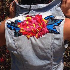 Primera chaqueta terminada! ✔️ #flower #floral #flor #contemporaryembroidery #bordado #chaquetabordada #embroideredjacket #rock