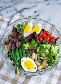 French Bean Salad - An easy, vegetarian version of classic salad Niçoise with tomatoes, green beans, eggs, and white beans. Vegetarian Recipes, Cooking Recipes, Healthy Recipes, Vegetarian Salad, Healthy Salads, Healthy Eating, Clean Eating, Bean Salad, Side Dishes