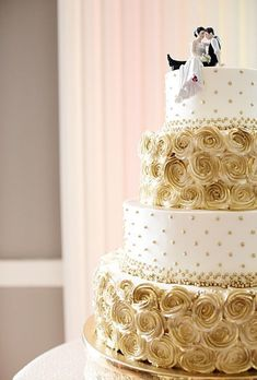 Alternating layers of gold roses and gold and white polka dots - so elegant - Shared by #Carahills www.carahills.com #weddingcakes
