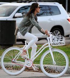 Alessandra Ambrosio sur son beau fixie blanc http://www.hollandbikes.com/quand-stars-font-velo.htm
