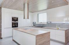 Kuchyňskému koutu dominuje svěšený dřevěný podhled ve stejném dekoru jako je pracovní deska. | Foto: Tomáš Vlach