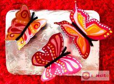 Mariposas de cartón pintadas con acrílico sobre un pedazo de cartón con aluminio www.solecitoschool.com