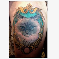 Bad phone convention photo of Aubrey's cat bumble I got to finish at @cardifftattooandtoycon #cattoo #cattattoo #ragdoll #ragdollsofig #tattoo #cute #shepeesonspiders #cardifftattooconvention #thightattoo