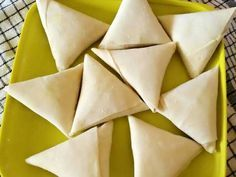 Resep Samosa lezat isi daging ayam dengan bumbu kari oleh Fitri Puspitasari - Cookpad Indonesian Desserts, Indonesian Food, Samosas, Appetizer Recipes, Snack Recipes, Cooking Recipes, Snacks, Kari Ayam, Lumpia