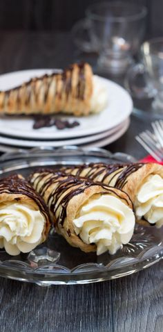 Dark Chocolate Cream Horns- Chocolate Cream Horns What more could you possibly want for a dessert other than this? This easy recipe for homemade Dark chocolate Cream Horns is a puff pastry filled with cream, The perfect sweet heaven! Easy Puff Pastry Recipe, Puff Pastry Desserts, Puff Pastry Appetizers, Italian Appetizers, Choux Pastry, Sweet Puff Pastry Recipes, Cold Appetizers, Pastry Cake, Just Desserts
