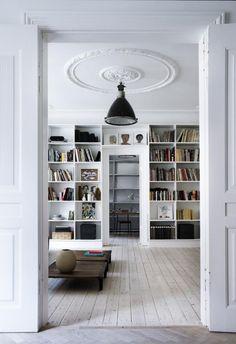 Hoe mooi een industriele lamp kan staan aan een klassiek plafond! Een combinatie die je niet zo gauw zou verwachten. Door sdikken