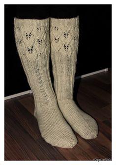 Megetar: Lehtikuvioiset pitsineulesukat Sexy Socks, Knee High Socks, Drops Design, Knitting Socks, Sock Shoes, One Color, Colour, Leg Warmers, Mittens