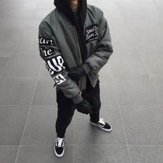 Siga Stilinovic para su dosis diaria de la moda de los hombres!  Compruebe soulcapturing_wear de IG hacen buenos pantalones vaqueros personalizados asequibles!