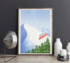 Plakat w stylu vintage przedstawiającypanoramę Alp. Na pierwszym planie nad gęstymi sosnami, wagon kolejki liniowej przewozi narciarzy z kurortu Chamonix na szczyt Aiguille du Midi. Z tle widnieją majestatyczne alpejskie, ośnieżone szczyty.  Inspirowany plakatami podróżniczymi z lat 20-tych XX wieku.  ... Fight Club, Duffy, Posters, Vintage, Poster, Vintage Comics, Billboard