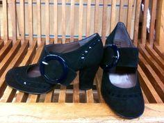 Zapatos en ante con hebilla en charol azul Colección otoño/invierno 2012 PVP 102'00€