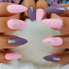 Many women choose almond nails as this shape is pretty and goes well with a huge number of nail designs. You can find some cute nail art here. Cute Christmas Nails, Xmas Nails, Holiday Nails, Snow Nails, Fall Nails, Winter Christmas, Winter Nail Designs, Christmas Nail Designs, Nail Art Designs