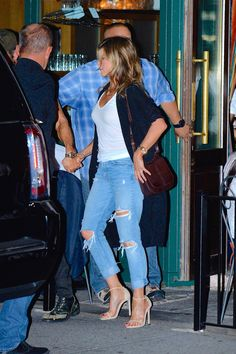 Jennifer Aniston's handbag collection is extremely sophisticated. While she might prefer to dress down in distressed denim and simple tees most of the time, Jeniffer Aniston, Jennifer Aniston Style, Perfect Beauty Routine, Boyfriend Jeans, Mom Jeans, Chic Over 50, Simple Sandals, Lauren London, Oxblood