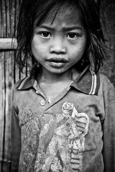 """Podróżnik, który przybywa do """"egzotycznego"""" kraju w dziecku o odmiennym kolorze skóry i rysach twarzy widzi obiekt wzruszenia i pamiątkę z podróży w formie fotografii. Za dużymi okrągłymi oczami kryje się zupełnie inna historia niż ta, którą zna dziecko pochodzące z Europy."""
