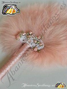 Abanico de plumas. Feather fan. www.abanicossevillanos.es Bobby Pins, Hair Accessories, Beauty, Hand Fans, Feathers, Beleza, Hair Pins, Hair Accessory, Hairpin