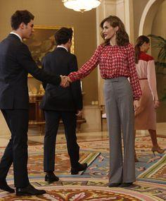 Los Gemeliers saludan a la Reina a su llegada a la audiencia. 04.11.2016 Princess Letizia, Queen Letizia, Fashion Idol, Royal Fashion, Crushes, Spain, King, Celebrities, Boys
