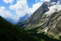 Son pocos los senderistas que no han oído hablar del Tour del Mont Blanc y es que no sólo se encuentra en el macizo montañoso más icónico del continente europeo, sino que además, circunda la segunda montaña más alta de Europa. 170 kilómetros en 9 etapas que harán las delicias de cualquiera viajero.