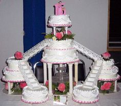 A giant meringue cake. Fountain Wedding Cakes, Quinceanera Cakes, Quinceanera Ideas, Quince Cakes, Meringue Cake, Sweet 16 Cakes, Best Sugar Cookies, Yogurt Cake, Traditional Cakes