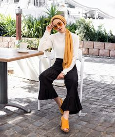 bright day for coffee in Cape Town is perfect for Nabilah Kariem to wear her bold Gigi for Vogue Eyewear shades. Hijab Fashion Summer, Street Hijab Fashion, Muslim Fashion, Modest Fashion, Fashion Outfits, Turban Outfit, Turban Hijab, Hijab Outfit, Modest Dresses