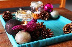 Potinhos de vidro reaproveitados no arranjo de natal