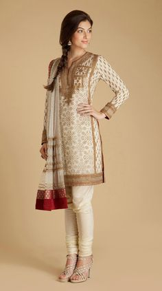 Ritu Kumar Indian Fashion, Very classy, wealthy look. Indian Blouse Designs, Saree Blouse Designs, Lehenga, Anarkali, Sarees, Fashion Mode, Asian Fashion, Fashion Trends, Indian Attire