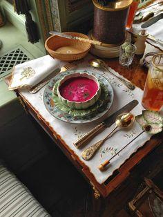 Howard Slatkin elige sopa de remolacha para que combine con la vajilla. Via Habitually Chic.