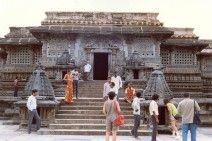 India, junio 1988, visitantes y devotos en las escalinatas de un templo de Tamil Nadu