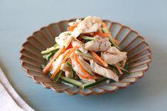 鶏むね肉は低脂肪高タンパク、それでいてリーズナブルという優秀食材。しかし、そのまま加熱するとパサつきがちで、あまり素直に美味しいとは思えない仕上がりになってしまいます。鶏むね肉のオススメの調理方法が低温調理(スーヴィッド、真空調理とも)。低温でじっくり加熱することで固くならず、しっとりジューシーなまま美味しく調理できますよ。気をつけるポイントは切り方、温度、加熱時間の3つ。繊維を断ち切るように鶏むね肉をカットし、下味をつけたら加熱可の保存袋で密閉、60℃を保ちながら炊飯器の保温で60分ほったらかすだけです。ピリ辛な味付けをしてサラダにのせたり、カラシ入りのタレと和えてナムルにしたり、トマト&アボカドと合わせてサンドイッチにしたり、とアレンジもしやすいのがメリット。冷蔵庫にあると何かと便利なので、ぜひ作ってみてくださいね。(洋食・西洋料理のグルメガイド) Green Beans, Meat, Vegetables, Cooking, Food, Kitchen, Essen, Vegetable Recipes, Meals